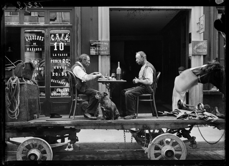 1914-1918 war, street scene: a meal on a truck in front of a coffee and liquor business, Paris, end of May 1917