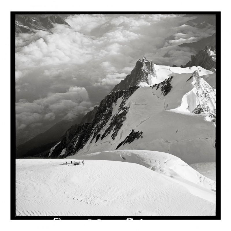 Raymond Depardon, Summer ascent of Mont Blanc by the 13th Bataillon de Chasseurs Alpins (Alpine infantry) and high mountain troops, Chamonix-Mont-Blanc, September 13, 1962. TAM/ECPAD/Défense/PAR 100-54.