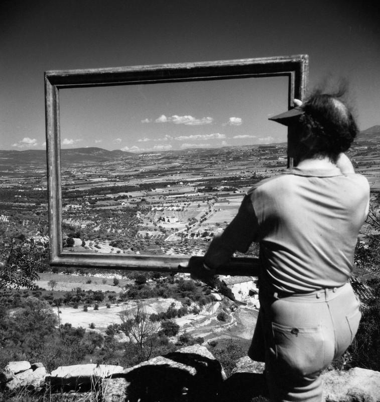 Willy Ronis, Painter André Lhote framing the Apt valley, Gordes (Vaucluse), 1947. Courtesy of the Ministry of Culture, MAP, RMN-Grand Palais. Willy Ronis donation.