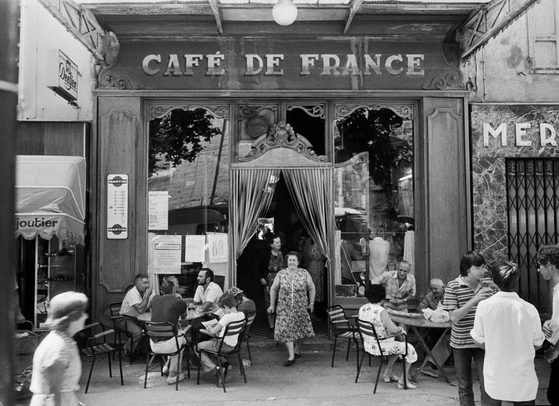 Willy Ronis, Le café de France, L'Isle-sur-la-Sorgue (Vaucluse), 1979. Courtesy of the Ministry of Culture, MAP, RMN-Grand Palais. Willy Ronis donation.