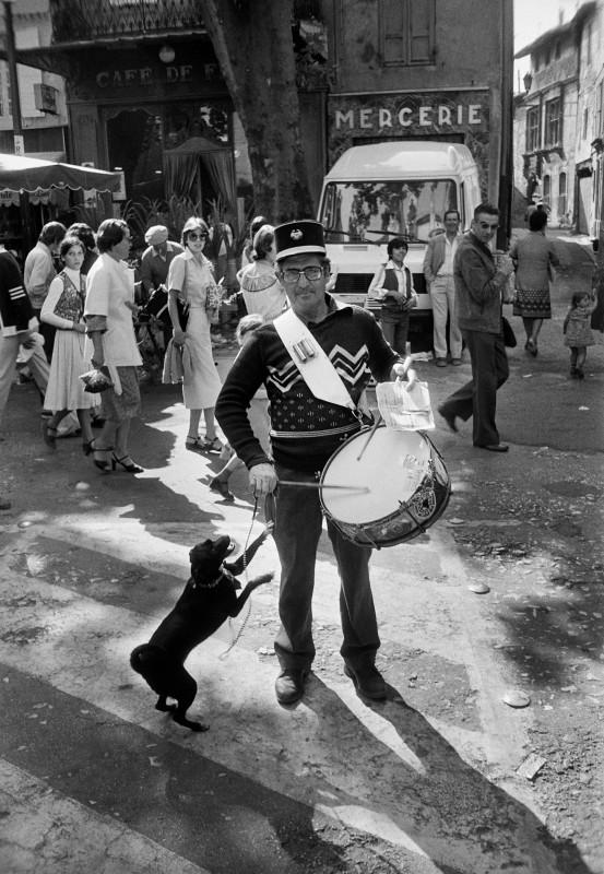 Willy Ronis, Town crier on a market day, L'Isle-sur-la-Sorgue (Vaucluse), 1979. Courtesy of the Ministry of Culture, MAP, RMN-Grand Palais. Willy Ronis donation.