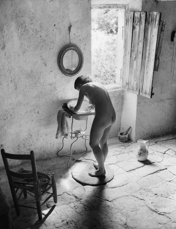 Willy Ronis, Nude Provençal, Gordes (Vaucluse), 1949. Courtesy of the Ministry of Culture, MAP, RMN-Grand Palais. Willy Ronis donation.